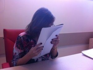 A leitura é feita como os olhos quase pregados no papel