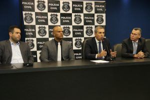 Secretário de segurança pública, José Eliton, durante apresentação de quadrilha suspeita de roubo a banc