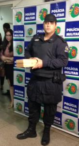Tenente mostra réplica da bomba enviada
