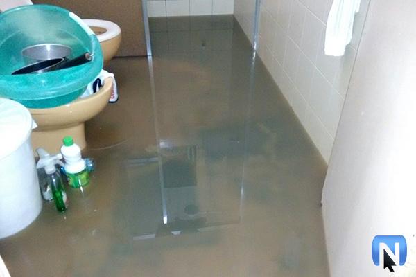 O esgoto afetou piso, parede e utensílios domésticos